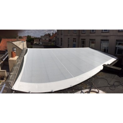 Grille PVC pour protection d'une toiture vitrée contre le soleil et la chaleur