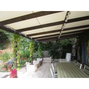 Bâche tendue sur terrasse fortement ensoleillée